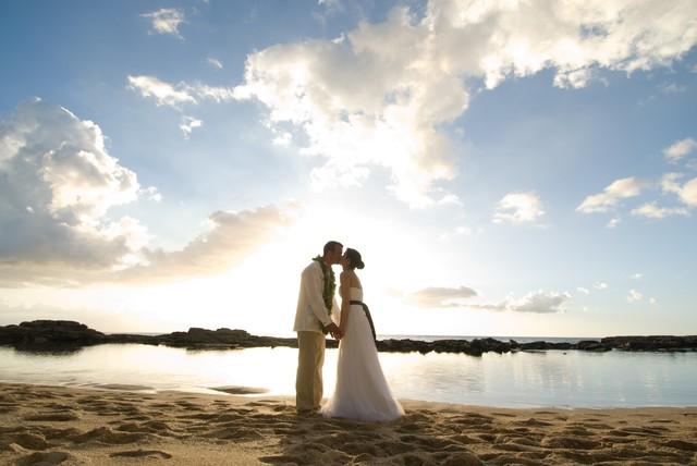 beach elopement hawaii wedding